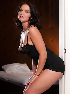 """""""Statuesque stunner Tara C looks like a sexy pin up model showing off her scrumptious breasts"""""""